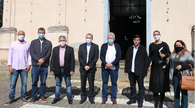 Dom Luiz Henrique se reúne para tratar do projeto de restauração da matriz de Sant'Ana em Piraí