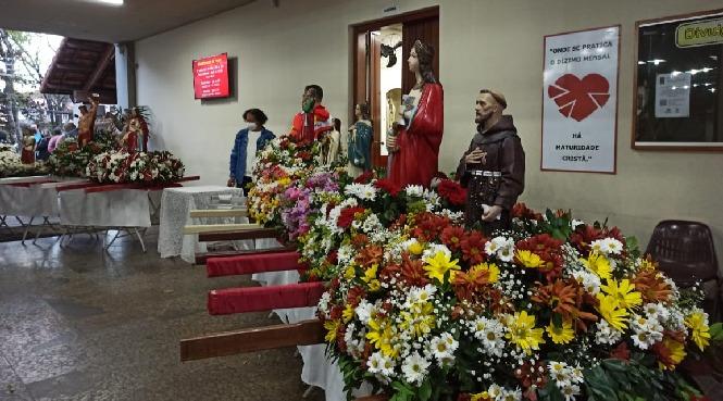 Paróquia São Paulo Apóstolo realiza carreata com todas as comunidades