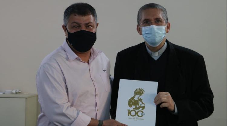 Dom Luiz Henrique entrega livro de ouro do Centenário
