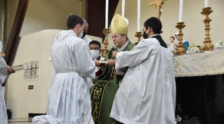 Seminaristas recebem ministério do leitor