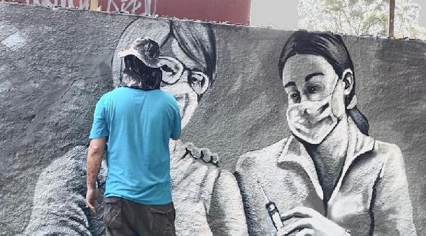 Artistas iniciam pintura no muro da Cúria Diocesana