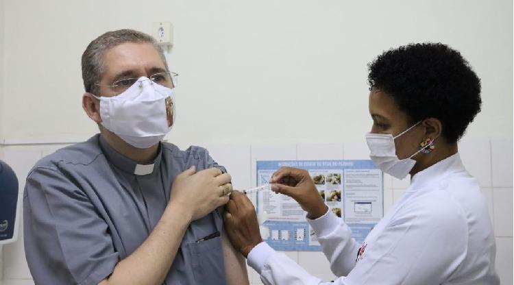 Dom Luiz Henrique recebe 1ª dose da vacina
